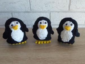 3 gehäkelte Eierwärmer inkl. Kunststoffeierbecher mit Füßen - Pinguine - Handarbeit kaufen