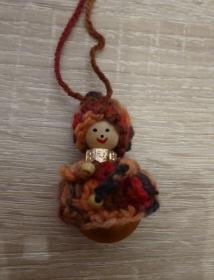 fünf kleine gehäkelte Wichtel mit Glasweihnachtsbaumkugel - Braun-, Orange-, Rottöne - Handarbeit kaufen