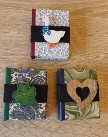 Drei hangefertigte Haftnotizzettelbüchlein aus Papier und Buchleinen - diverse Motive (Kleeblatt, Herz, Gans) - Handarbeit kaufen