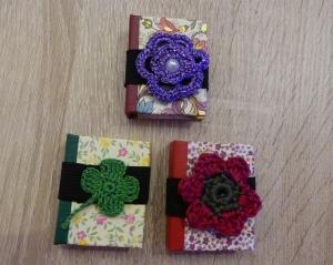 Drei hangefertigte Haftnotizzettelbüchlein aus Papier und Buchleinen - (Häkelmotive: Blumen/Kleeblatt) - Handarbeit kaufen
