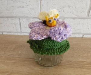Schönes Glas mit Schraubverschluss, gehäkelter Blume (lila, rosa) und Biene  - Handarbeit kaufen