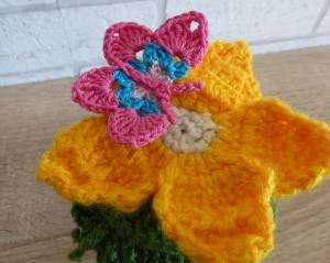 Schönes Glas mit Schraubverschluss, gehäkelter Blume (gelb) und Schmetterling - Handarbeit kaufen