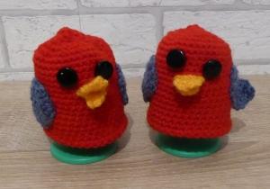 2 gehäkelte Eierwärmer - kunterbunte Vögel mit Eierbechern - Handarbeit kaufen
