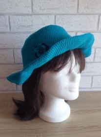 Gehäkelter Hut mit Krempe und Häkelblume (türkis-blau) Kopfumfang: ca. 59 cm