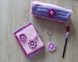 Schreibset - umhäkeltes Notizbuch - Bleistift - Schlüsselanhänger Blume, Schlamperl -rosa-lila-pink - Handarbeit kaufen