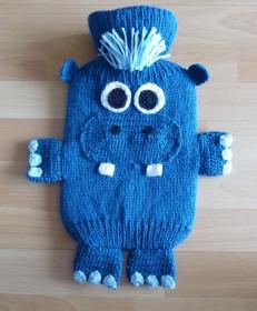 Gestrickter Wärmflaschenbezug inkl. Wärmflasche - Nilpferd (blau)