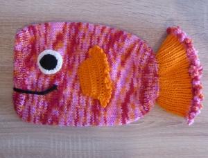 Gestrickter Wärmflaschenbezug - Fisch (rosa-rot-orange) - Handarbeit kaufen