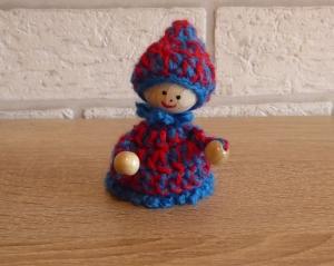 gehäkelter Wichtel - rot-blau (9 cm x 6 cm) - Handarbeit kaufen
