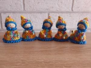 fünf gehäkelte Wichtel - bunt-blau (7,5 cm x 5,5 cm) - Handarbeit kaufen