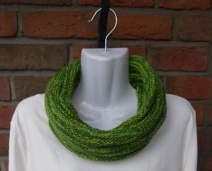 gestrickter Schal - Loop - grün - Handarbeit kaufen