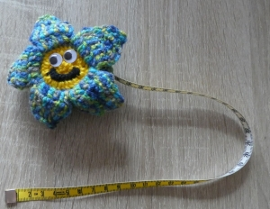 Umhäkeltes Rollmaßband (Maßbandlänge 150 cm) - Blume mit Kulleraugen - Handarbeit kaufen