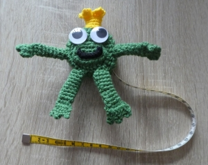 Umhäkeltes Rollmaßband (Maßbandlänge 150 cm) - Froschkönig mit Kulleraugen - Handarbeit kaufen