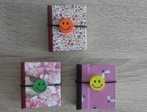 Drei hangefertigte Haftnotizzettelbüchlein aus Papier und Buchleinen - diverse Motive (Blumen und Bienen) mit Smiley  - Handarbeit kaufen