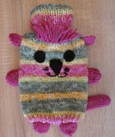 Gestrickter Wärmflaschenbezug - Katze - bunt, inkl. Wärmflasche (klein)  - Handarbeit kaufen
