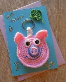 Schlüsselanhänger / Taschenanhänger Glücksschweinchen inkl. Grußkarte und Briefumschlag (rosa-blau-lila-grün) - Handarbeit kaufen