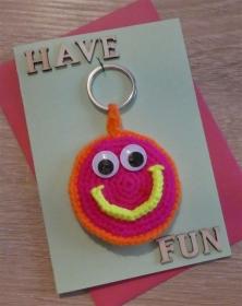 Schlüsselanhänger / Taschenanhänger Smiley inkl. Grußkarte und Briefumschlag (neongelb/-orange/-pink und hellgrün) - Handarbeit kaufen