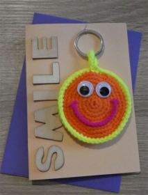 Schlüsselanhänger / Taschenanhänger Smiley inkl. Grußkarte und Briefumschlag (neongelb/-orange/-pink und aprikot) - Handarbeit kaufen