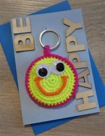 Schlüsselanhänger / Taschenanhänger Smiley inkl. Grußkarte und Briefumschlag (neongelb/-orange/-pink und blau) - Handarbeit kaufen