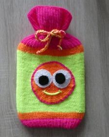 Gestrickter Wärmflaschenbezug mit Smiley-Motiv (Neonfarben) inkl. Wärmflasche - Handarbeit kaufen