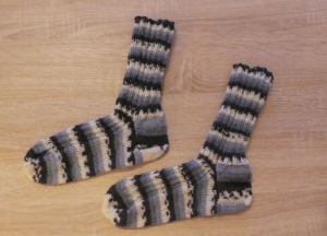 Gestrickte Socken Größe 38/39 schwarz-weiß-grau - Handarbeit kaufen