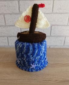 Gehäkelter Klopapierhut mit Segelboot - blau-braun-weiß-rot - Handarbeit kaufen