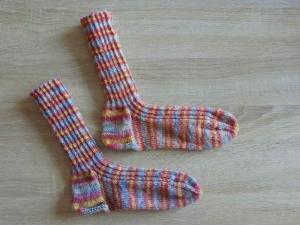 Gestrickte Socken Größe 40/41 rosa-blau-gelb-weiß gestreift - Handarbeit kaufen