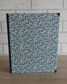 Handgefertigtes Ringbuch für DIN A5 aus Pappe, Papier und Buchleinen - Motiv: Blumen blau
