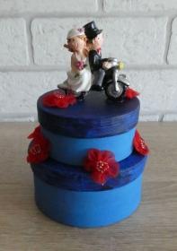 Geldgeschenkverpackung zweistöckige Torte mit Brautpaar auf dem Motorrad und Verzierungen (blau/rot)