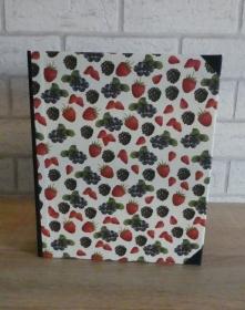 Handgefertigtes Ringbuch für DIN A5 aus Pappe, Papier und Buchleinen - Motiv:Beeren
