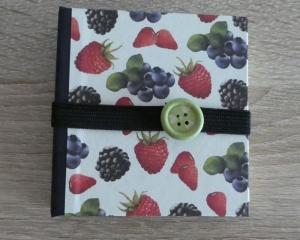 Hangefertigtes Haftnotizzettelbüchlein aus Papier und Buchleinen - Beeren (Erdbeeren, Himbeeren, Brombeeren, Blaubeeren)