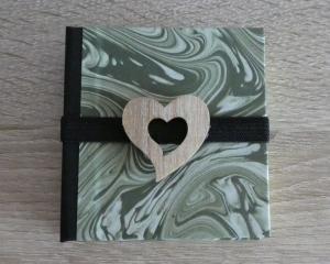 Hangefertigtes Haftnotizzettelbüchlein aus Papier und Buchleinen - grün marmoriert mit Holzherz - Handarbeit kaufen