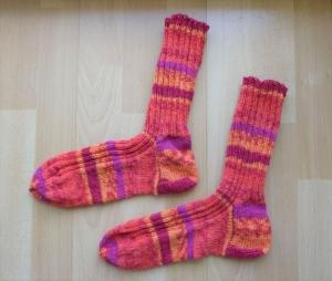 Gestrickte Socken Größe 42/43 - orange mit Streifen (pink/rot) - Handarbeit kaufen