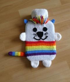 Gestrickter Wärmflaschenbezug - Katze - Regenbogen - Handarbeit kaufen