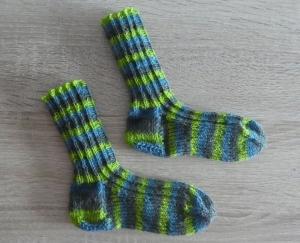 Gestrickte Socken Größe 22/23 grün/grau/blau - Handarbeit kaufen