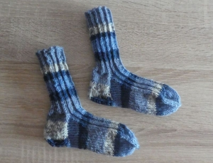 Gestrickte Socken Größe 22/23 blau/grau/weiß - Handarbeit kaufen