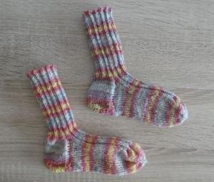 Gestrickte Socken Größe 24/25 rosa-blau-gelb-weiß gestreift - Handarbeit kaufen