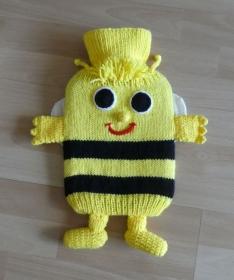 Gestrickter Wärmflaschenbezug - Biene - gelb-schwarz - Handarbeit kaufen