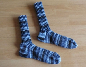 Gestrickte Socken Größe 42/43 - Blautöne - Handarbeit kaufen