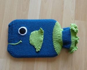 Gestrickter Wärmflaschenbezug - Fisch - petrol, grün - Handarbeit kaufen