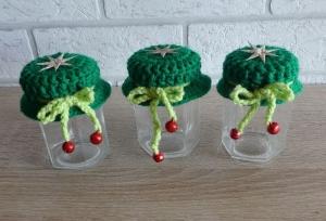Drei kleine Gläser mit Schraubverschluss gehäkeltem Mützchen mit Stern und Metall-Glöckchen - grün-rot - Handarbeit kaufen