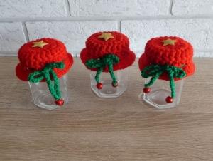 Drei kleine Gläser mit Schraubverschluss gehäkeltem Mützchen mit Stern und Metall-Glöckchen - rot-grün - Handarbeit kaufen