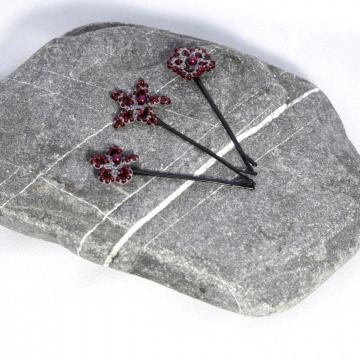 3 er Set Haarklammern: graue Haarsterne aus Baumwolle mit roten Perlen, Bobby- Pin schwarz Manufaktur Lienshöft