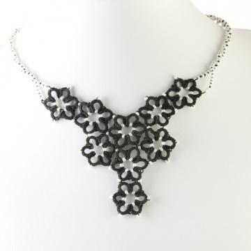 Kette Margerite, schwarze Baumwolle, weiße Perlen, Länge ca. 54 cm Manufaktur Lienshöft