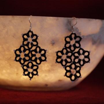 Ohrringe Margerite, schwarze Baumwolle, weiße Perlen, Länge ca. 6 cm Manufaktur Lienshöft