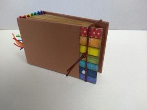 Kleines Notizbuch in den Farben des Regenbogens -  Notizbüchlein