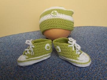 Gehäkelte Baby-Turnschuhe mit Beanie in Apfelgrün-weiß - ca. 3 Monate