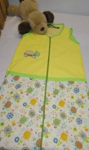 Sommerschlafsack, 60 cm lang aus Baumwolle mit Reißverschluss. Bestickt mit kleiner Schildkröte. Gefüttert mit Baumwolljersey.