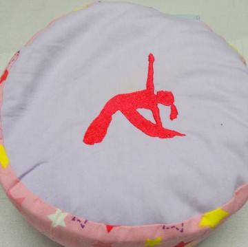 Yogakissen rund, bestickt mit Motiv und Namen, mit Styroporkügelchen gefülltes Innenkissen. Bezugkissen mit Tragegriff