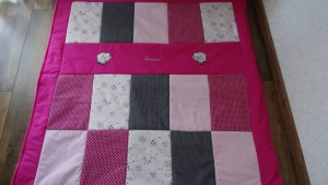 Patchwork-Krabbeldecke rosa/grau bestickt mit Wunschnamen und zwei Schafen, handgearbeitet