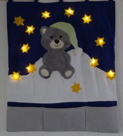 Wandbehang aus Baumwolle mit Teddy, LED-Lichterketter und Taschen für Pampers u.a